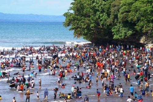 Crowded Beach At Iedul Fitri Day