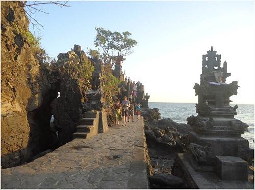Pura Batu Bolong (Batu bolong temple)